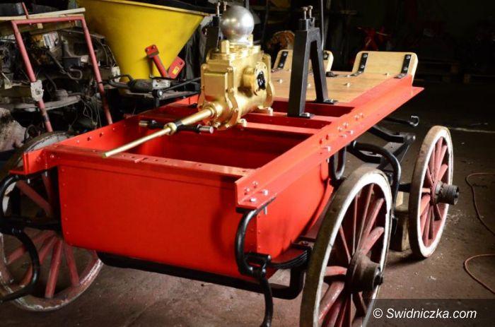 Żarów: Zabytkowy wóz strażacki w renowacji