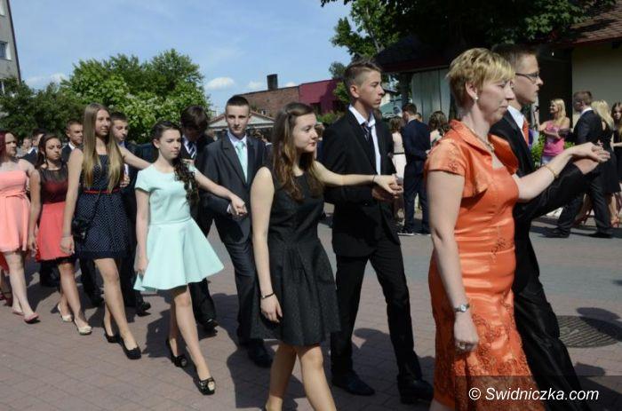 Żarów: Polonezem pożegnali szkołę