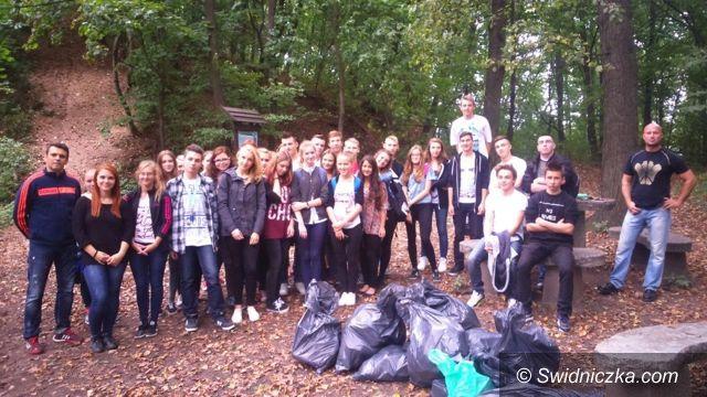 Region: Licealiści ze Strzegomia posprzątali Górę Krzyżową