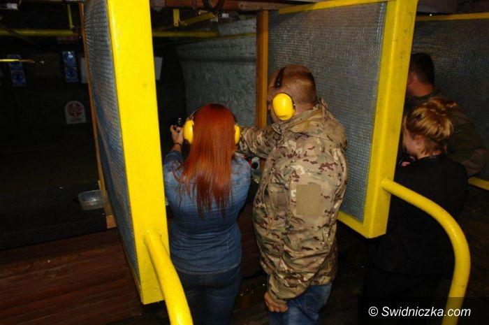 Świdnica: Strzegomscy licealiści strzelali z Colta i karabinu H7K 417