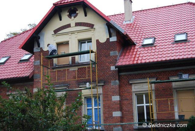 Marcinowice: Zabytkowy budynek Szkoły Podstawowej w Marcinowicach odzyskuje swój blask