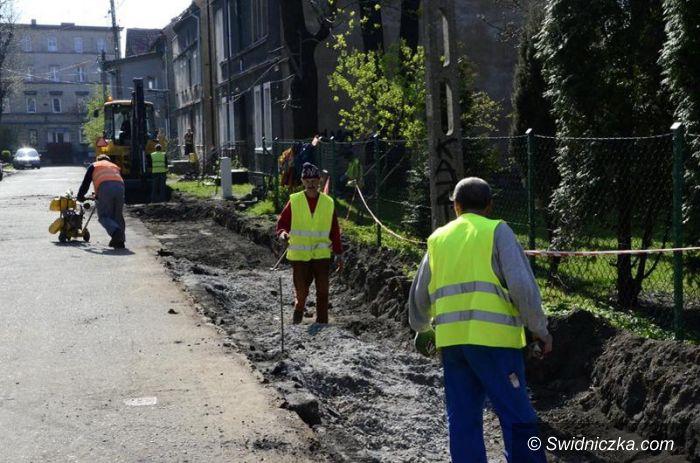 Żarów: Trwa budowa nowego chodnika