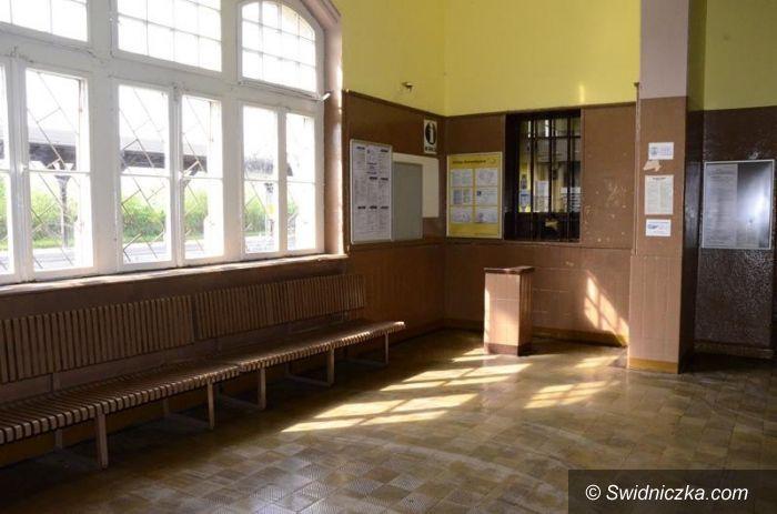 Żarów: Dworzec PKP w Żarowie bez kasy biletowej
