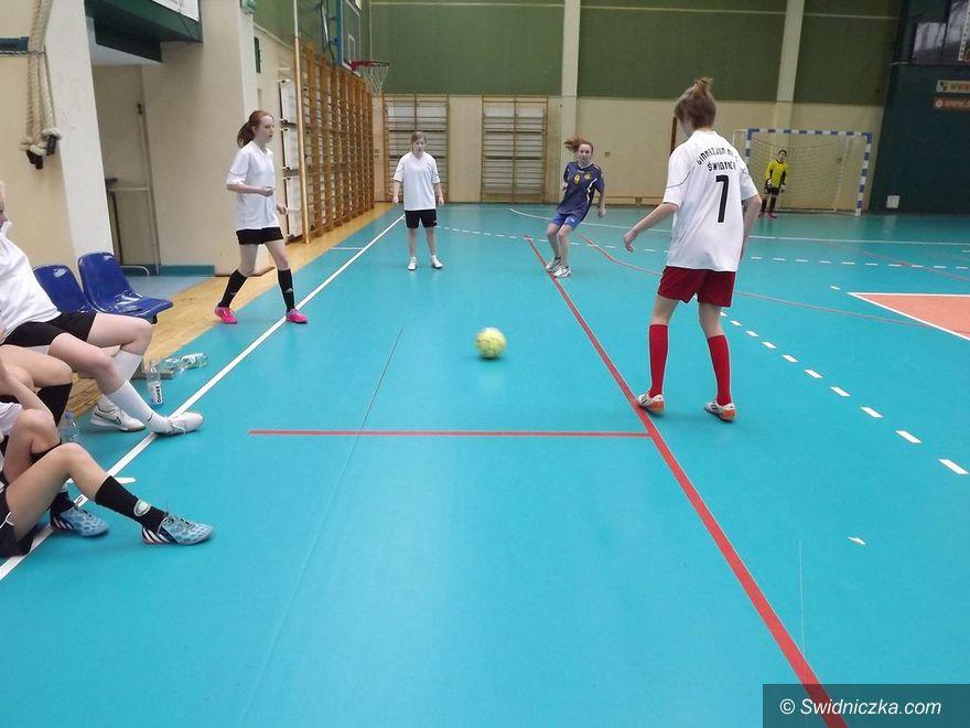 Świdnica: Dziewczęta z gimnazjum grały w piłkę halową