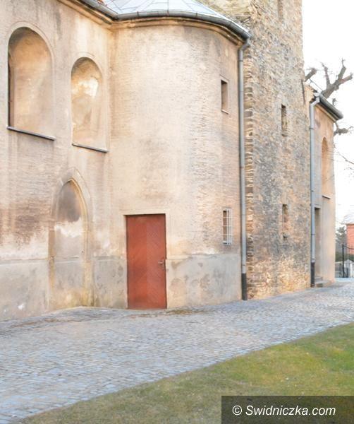Strzegom: Trwa remont dachu kaplicy w Pyszczynie