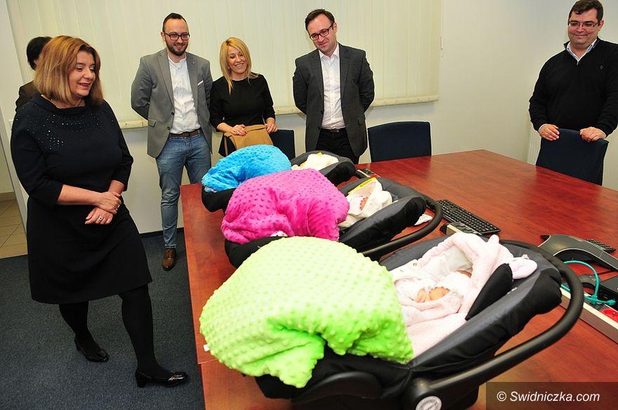 Świdnica: Prezydent miasta spotkała się ze świdnickimi trojaczkami