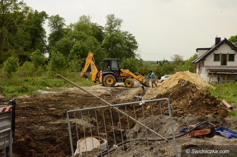 Żarów: Trwa kolejny etap budowy sieci wodociągowej przy ul. Parkowej