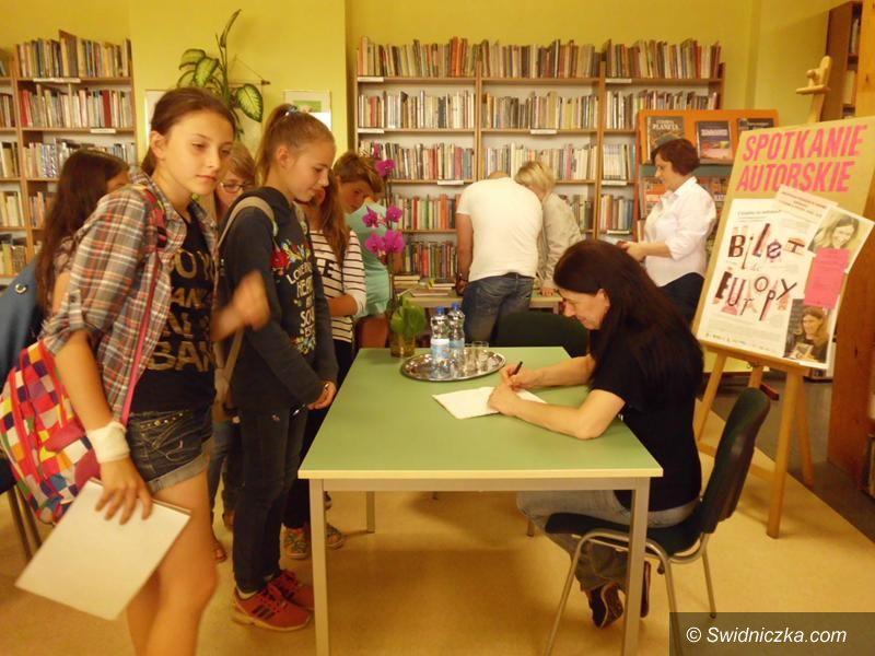 Żarów: Młodzież na spotkaniu z Katarzyną Ryrych