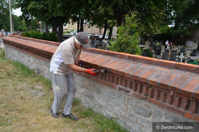 Strzegom: Wyremontowali mur na cmentarzu