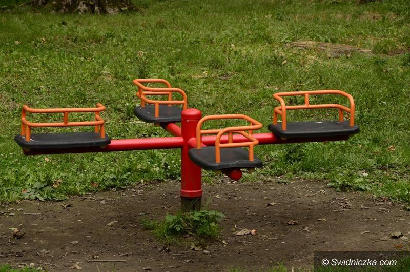 Żarów: Nowe urządzenia na placach zabaw
