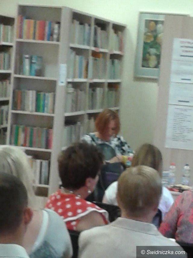 Świebodzice: Uczniowie LO ze Świebodzic na spotkaniu autorskim z pisarką Agnieszką Lingas– Łoniewską