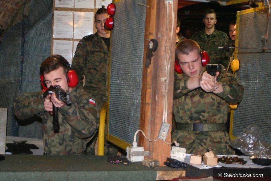 Strzegom: Klasa mundurowa strzegomskiego LO na strzelnicy