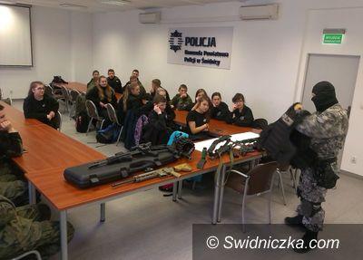 Świdnica: Licealiści z klasy mundurowej odwiedzili świdnicką komendę