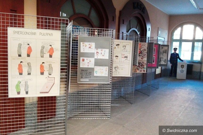 Świdnica: STOP dopalaczom – wystawa w holu Dworca PKP Świdnica Miasto