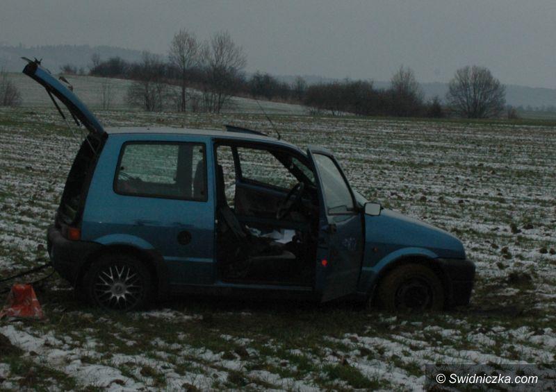 Świdnica: Ukradli samochód, ale ugrzęźli próbując przejechać nim przez pole