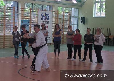 Świdnica: Policjanci uczyli pracowników pomocy społecznej technik samoobrony