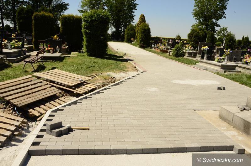 Wierzbna: Nowe alejki na cmentarzu w Wierzbnej