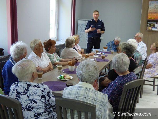 Strzegom: Policjant rozmawiał z seniorami o oszustwach