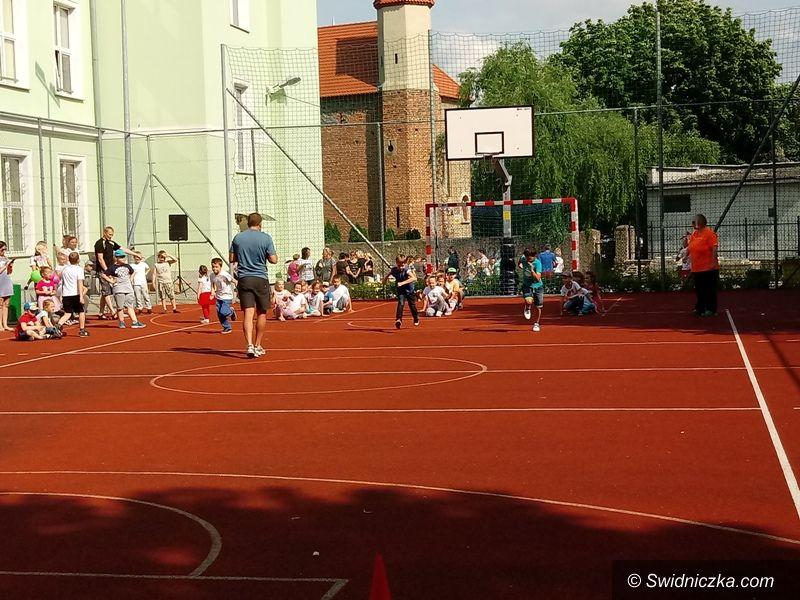 Strzegom: IV Festyn Sportowy na boisku przy PSP Nr 4 w Strzegomiu