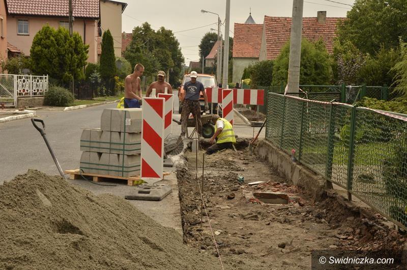 Gmina Żarów: Trwa budowa kolejnych chodników