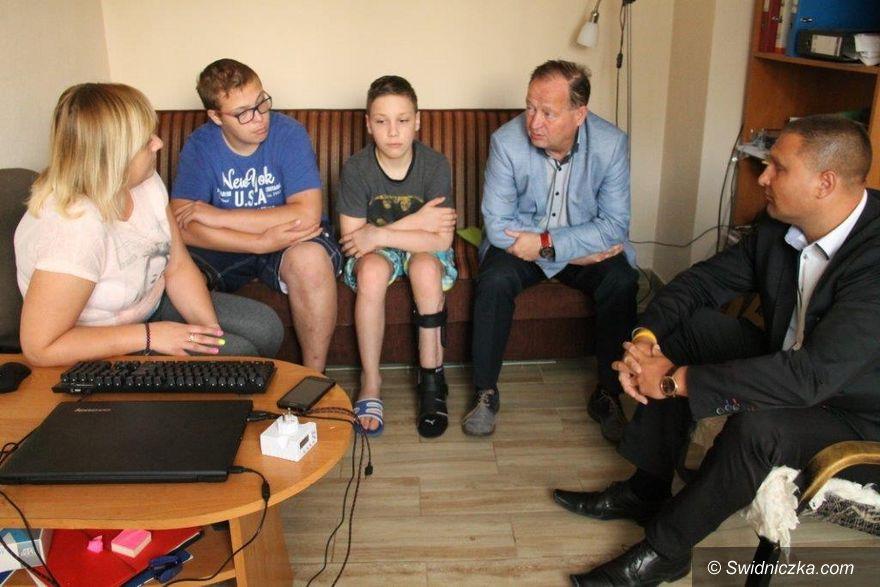 Świebodzice: Chłopiec poszkodowany w katastrofie budowlanej powrócił do domu