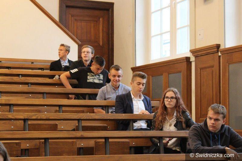 Świebodzice: Uczniowie świebodzickiego LO w drugim etapie Dolnośląskiego Drużynowego Konkursu z Chemii