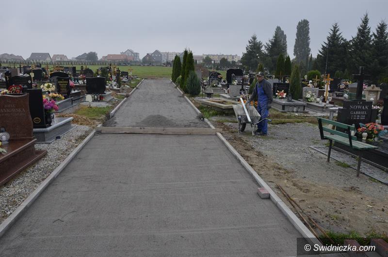 Żarów: Kolejne alejki na żarowskim cmentarzu