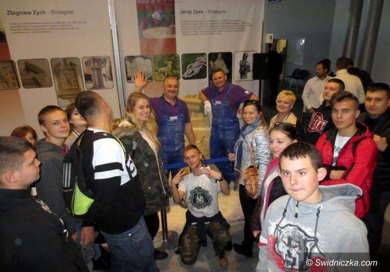 Strzegom: Młodzież z Zespołu Szkół w Strzegomiu z wizytą na Międzynarodowych Targach Branży Kamieniarskiej STONE 2017 w Poznaniu