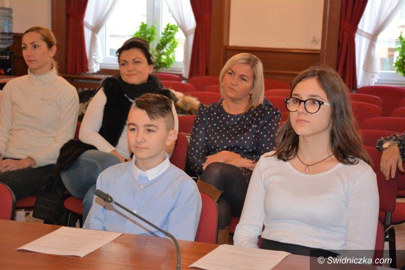 Strzegom: Młodzieżowi radni zaprzysiężeni