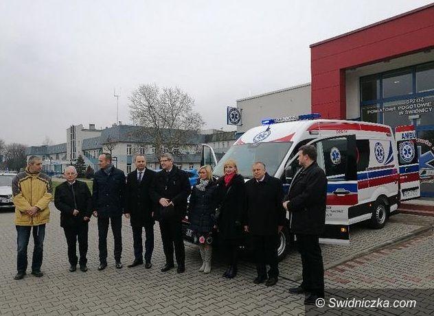 Świdnica: Karetka i sprzęt ratujący życie dla Powiatowego Pogotowia Ratunkowego w Świdnicy