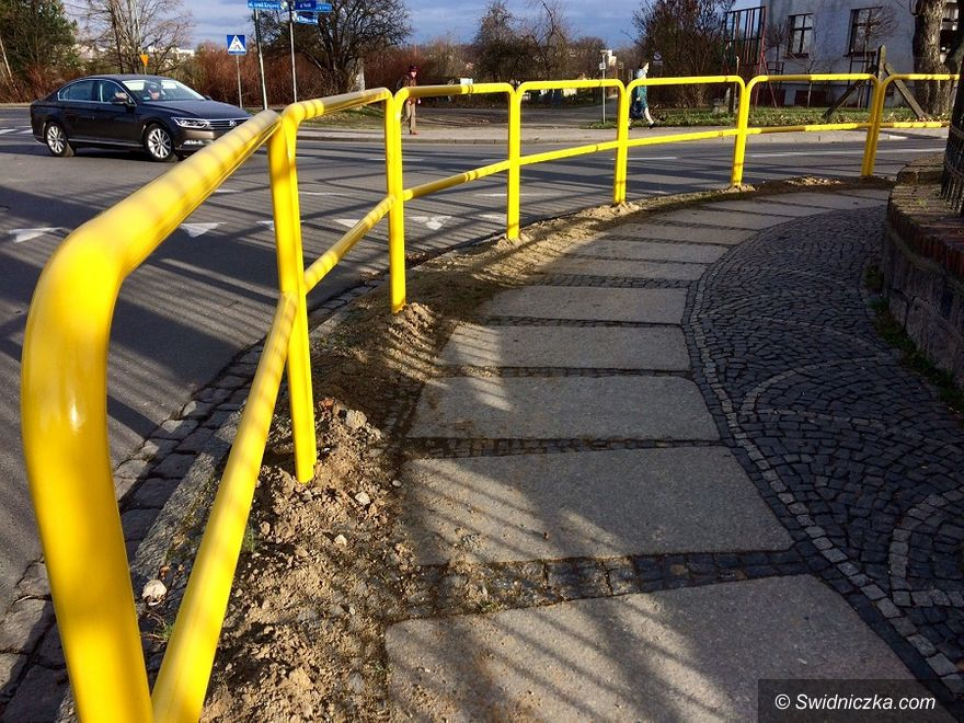 Świdnica: Wymieniają bariery drogowe na bezpieczniejsze