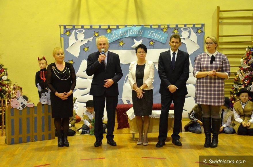 Strzelce: Międzypokoleniowe spotkanie w szkole w Strzelcach z okazji święta Babci i Dziadka