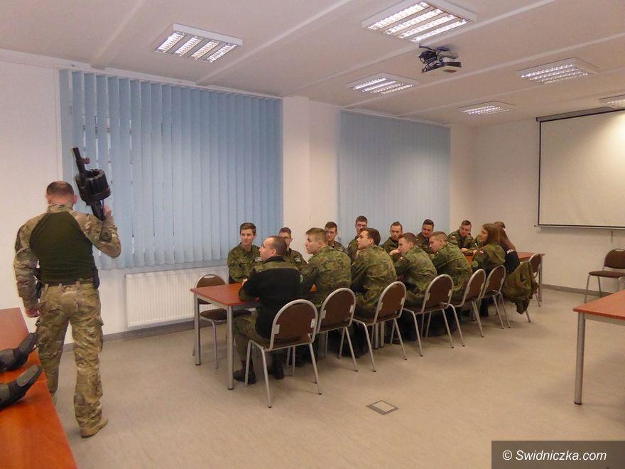 Strzegom: Licealiści z klasy mundurowej odwiedzili komendę