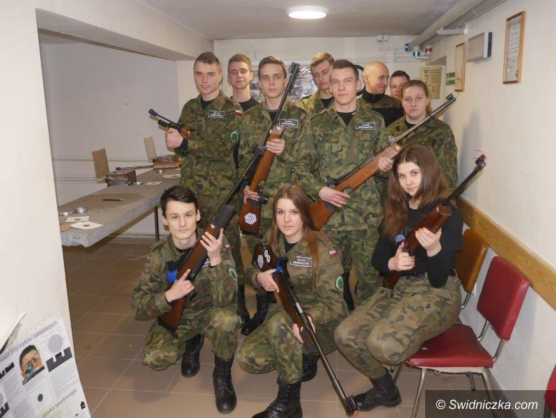Strzegom: Zajęcia strzeleckie klas mundurowych LO