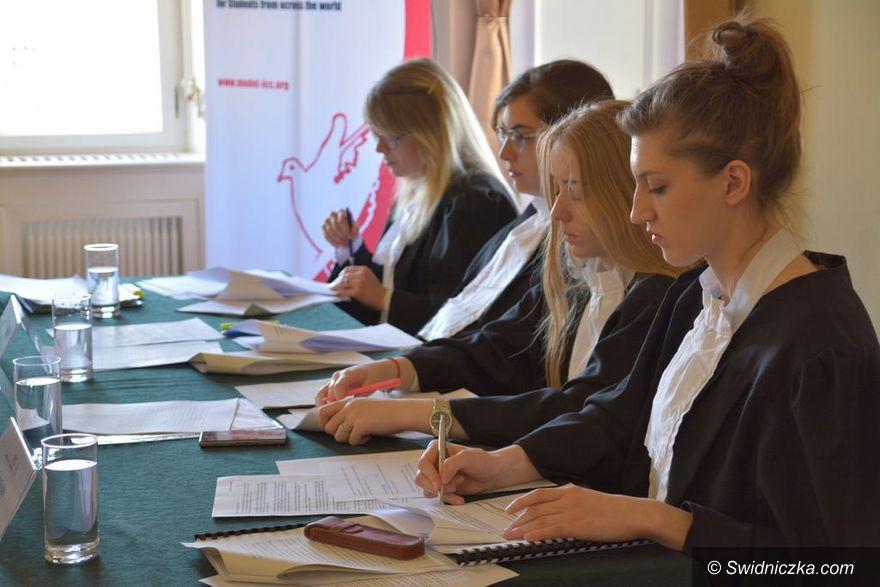 Krzyżowa: Studenci z całego świata na sali rozpraw w Krzyżowej