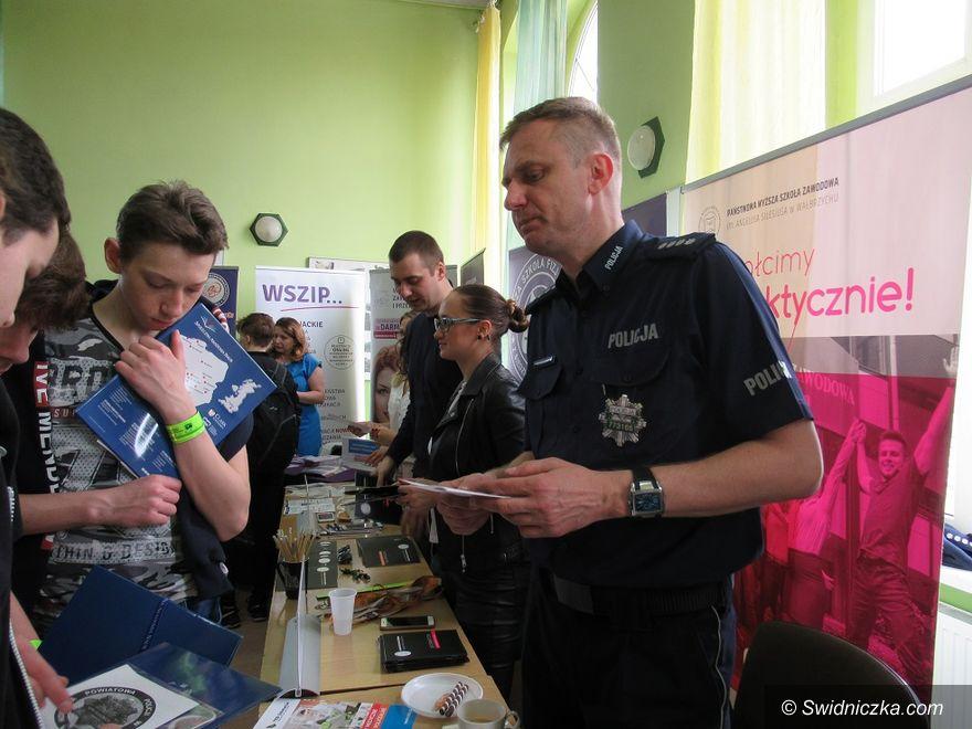 """Strzegom: Policjanci uczestniczyli w """"Dniach Doradczych"""" dla młodzieży"""
