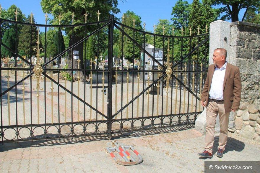Świebodzice: Nowa brama na cmentarzu