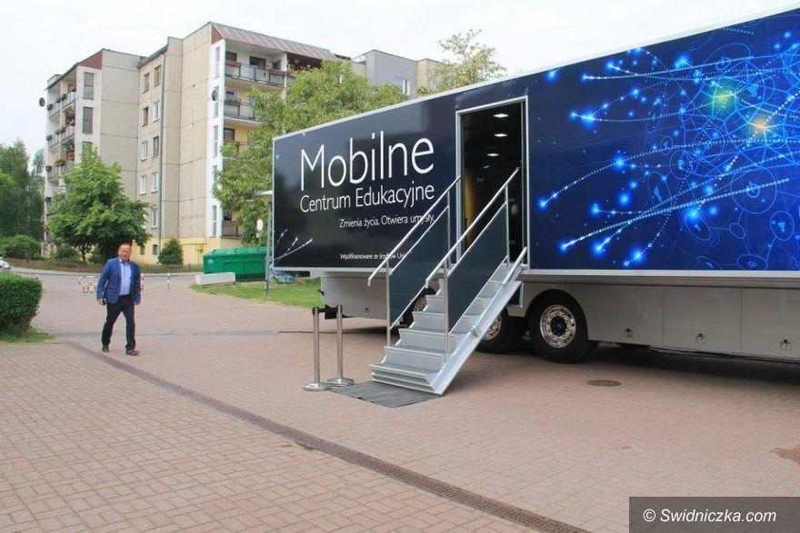 Świebodzice: Mobilne Centrum Edukacji zawitało do Świebodzic