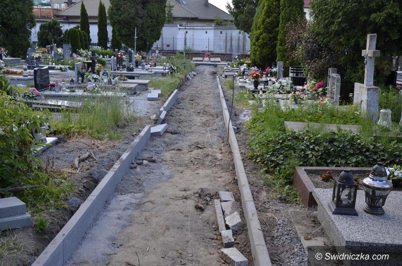 Żarów/Wierzbna: Kolejne alejki na cmentarzach