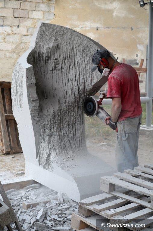 Strzegom: Rzeźbią w granicie
