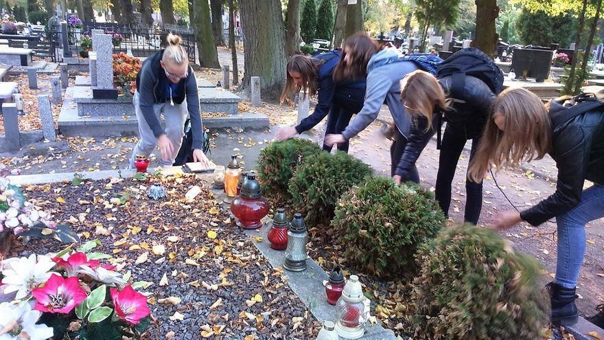 Mokrzeszów: Uczniowie z Mokrzeszowa pamiętają o rocznicy odzyskania przez Polskę niepodległości