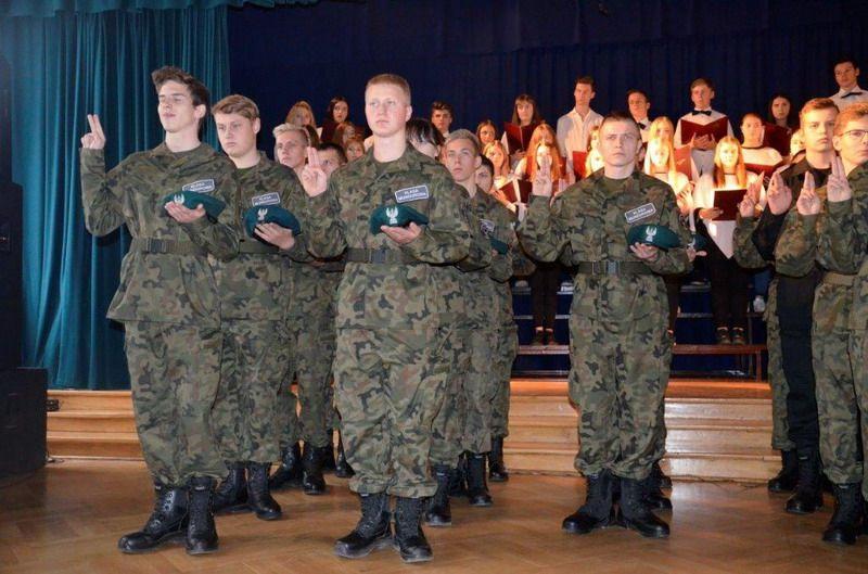 Świdnica: Przysięga klas mundurowych w świdnickim III LO