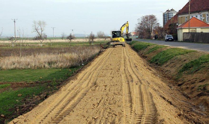Dobromierz: Budowa chodnika w toku