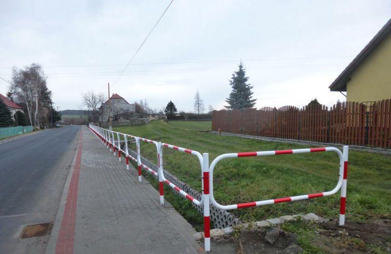Stanowice: Nowe barierki przy ulicy Świdnickiej w Stanowicach