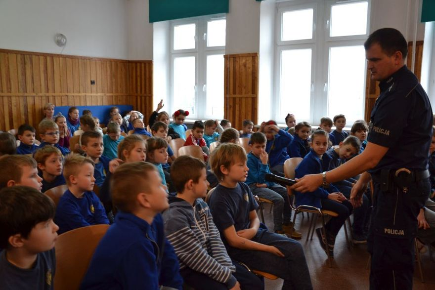 """Świdnica: Policjanci rozmawiali z uczniami SZP nr 8 w Świdnicy """"Aby ferie 2019 były bezpieczne"""""""