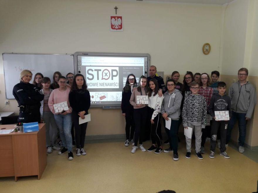 Grodziszcze: Funkcjonariusze Posterunku Policji w Słotwinie rozmawiali z młodzieżą o cyberprzemocy