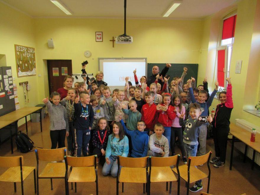 Jaworzyna Śląska: Świdniccy policjanci rozmawiali z uczniami Szkoły Podstawowej w Jaworzynie Śląskiej o cyberprzemocy