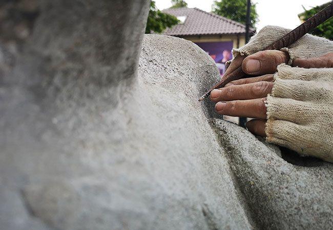 Żarów: Ruszyła renowacja żarowskiej rzeźby plenerowej