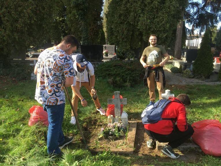 Żarów: Sprzątają groby