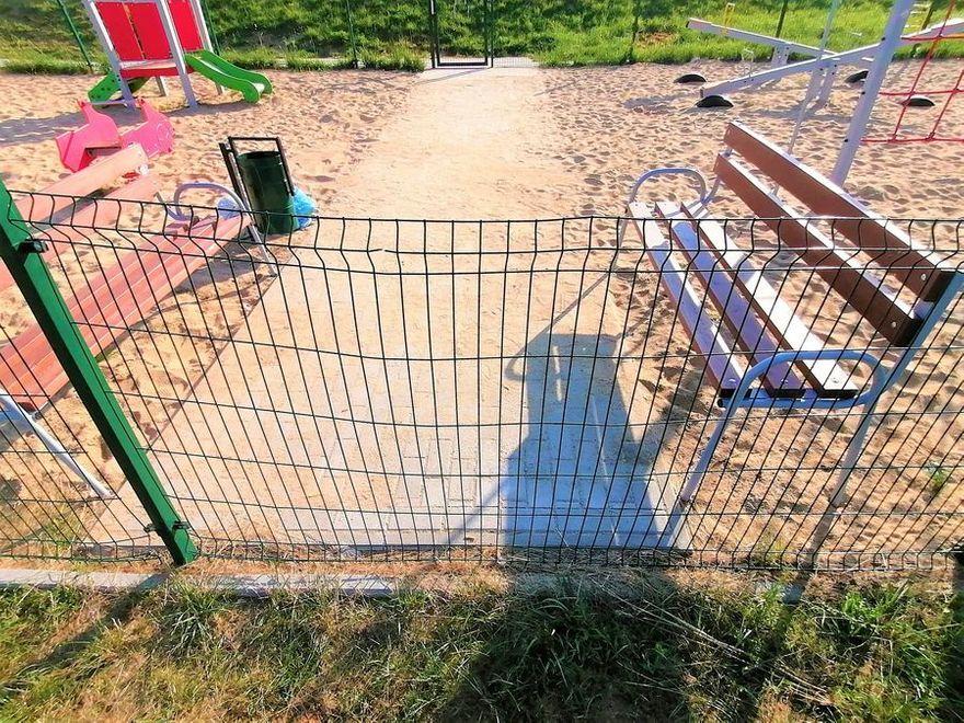 Świebodzice: Zniszczono ogrodzenie